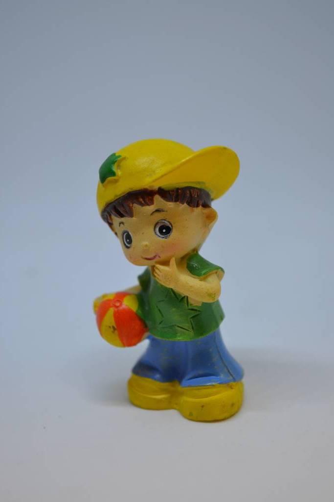 Figurine de baptême bébé sport garçon avec ballon festival de la dragée